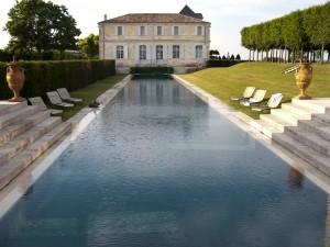 Zwembad zicht vanaf oranjerie op Chateau Du Tertre